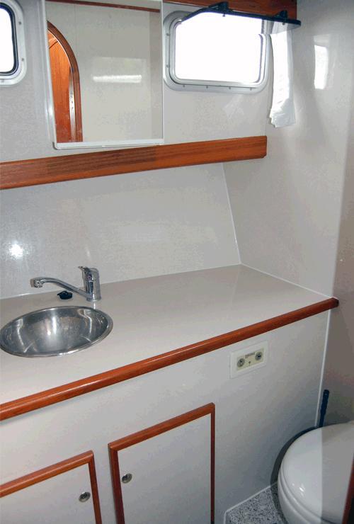 Nasszelle Dusche Wc : Dusche und WC ausgestattet. Im Bug der Galathea befinden sich ein Bad
